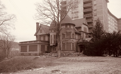 Old photo of a mansion in disrepair.